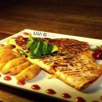 Jülyen tavuk parçaları, renkli biberler, soğan, cheddar peyniri, özel baharatlar, Akdeniz yeşillikleri, elma dilim patates
