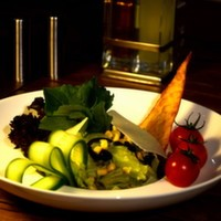 Izgara tavuk bonfile, göbek salata, kroton ekmeği, mısır, parmesan, caesar sos