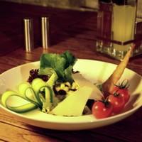 Roka, dilimlenmiş parmesan, cherry domates, ceviz, balzemic sos