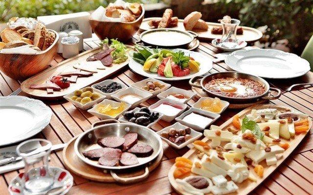 Boğaz Manzarasına Nazır Sınırsız Çay Eşliğinde 2 Kişilik Serpme Kahvaltı Keyfi