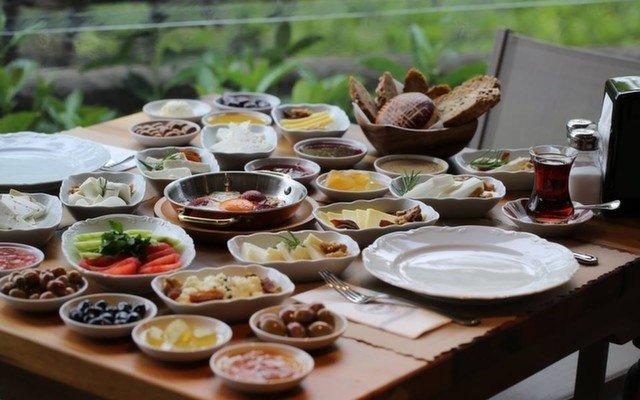 Koru İstanbul Kuruçeşme'de Boğaz Manzarası Eşliğinde Serpme Kahvaltı Keyfi