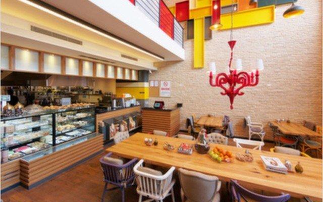Ena Cafe & Bistro'da Sınırsız Çay Eşliğinde 2 Kişilik Zengin Kahvaltı Menüsü